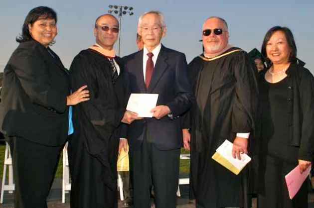 Ken Morishige (center) accepts diploma for Mutsue Uyeno. Manzanar Committee member Colleen Miyano is on the far right. Photo: Mario G. Reyes/Rafu Shimpo.
