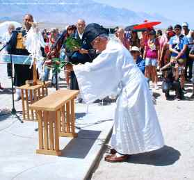 Rev. Alfred Tsuyuki of the Konko Church of Los Angeles begins the ritual Offering Of A Symbot of a True Heart.