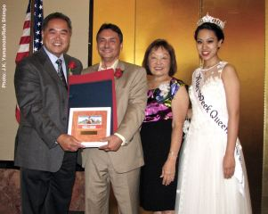 Nisei Week President David Teragawa (left) and 2016 Nisei Week Queen Jaclyn Tomita (right) present the 2016 Francis K. Hashimoto Community Service Award to Manzanar Committee Co-Chairs Bruce Embrey and Kerru Cababa. Photo: J.K. Yamamoto/Rafu Shimpo