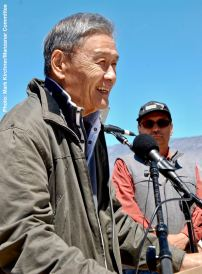 2017 Sue Kunitomi Embrey Legacy Award recipient Alan Nishio with Manzanar Committee Co-Chair Bruce Embrey (background)