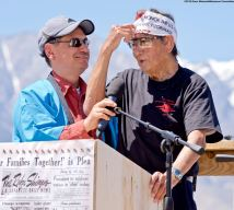 Manzanar Committee Co-Chair Bruce Embrey (left) and Wilbur Sato (right), the 2018 recipient of the Sue Kunitomi Embrey Legacy Award.